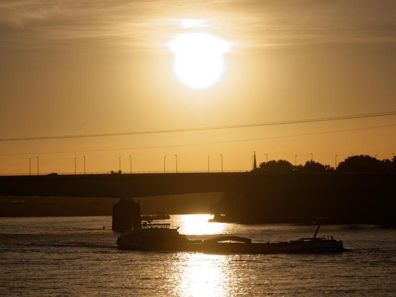 Über dem Rhein bei Köln geht die Sonne auf. Foto: Henning Kaiser/dpa