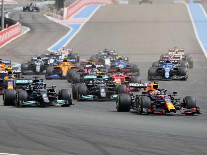 Das Fahrerfeld nach dem Start. Foto: Francois Mori/AP/dpa