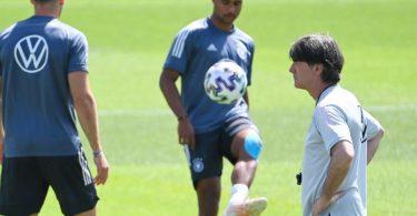 Bundestrainer Joachim Löw (r) musste im Montags-Training auf drei wichtige Spieler verzichten. Foto: Federico Gambarini/dpa
