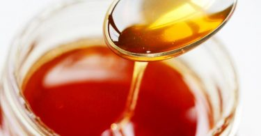 Verbraucherschützer bemängeln die aktuellen Kennzeichnungsvorschriften für Honig. Wurde er vermischt, ist die Herkunftsangabe nicht mehr aussagekräftig. Foto: Oliver Berg/dpa/dpa-tmn