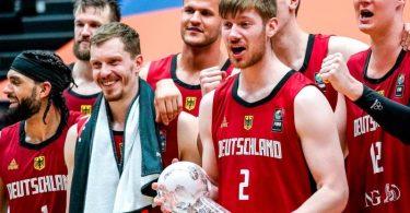 Die deutschen Basketballer gewannen in Hamburg den Supercup. Foto: Axel Heimken/dpa