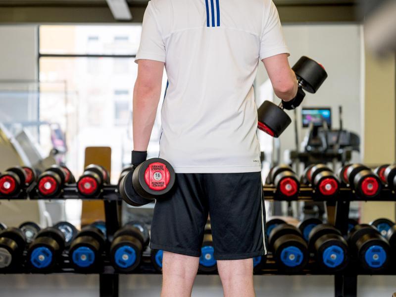 Vielerorts ist wieder Training im Fitnessstudio möglich. Foto: Oliver Dietze/dpa/dpa-tmn