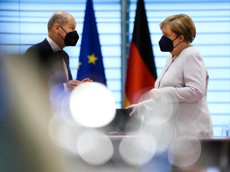 Kanzlerin Angela Merkel und Finanzminister Olaf Scholz im Kanzleramt. Die Fraktionen der Koalition haben sich auf Eckpunkte zur Energie- und Klimapolitik geeinigt. Foto: Markus Schreiber/AP POOL/AP