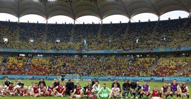 Noch lange nach Spielende genossen die Österreicher den Einzug ins EM-Achtelfinale. Foto: Marko Djurica/Reuters Pool/AP/dpa