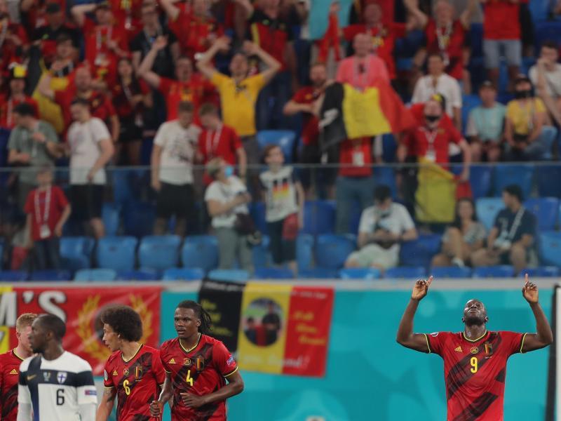 Belgiens Romelu Lukaku (r) feiert das 2:0 gegen Finnland. Foto: Igor Russak/dpa