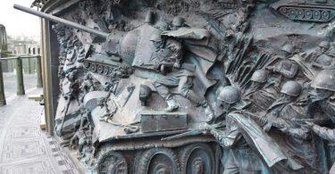 Die neue russische Militärkirche in der Nähe von Moskau, an der außen zahlreiche Reliefs mit kämpfenden Soldaten und von Panzern im Zweiten Weltkrieg zu sehen sind. Foto: Ulf Mauder/dpa