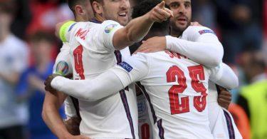Englands Spieler um Harry Kane (l) jubeln nach dem Führungstreffer. Foto: Laurence Griffiths/Getty Pool/AP/dpa