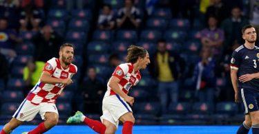 Kroatiens Luka Modric (M) feiert das 2:1. Foto: Andrew Milligan/PA Wire/dpa