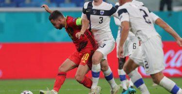 Der Belgier Eden Hazard (l) feierte gegen Finnland sein Startelf-Comeback. Foto: Igor Russak/dpa
