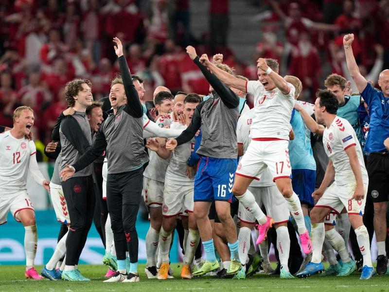 Die Dänen feierten den Achtelfinaleinzug überschwänglich. Foto: Martin Meissner/Pool AP/dpa