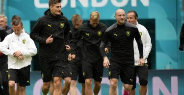 Die Tschechen um Stürmer Patrik Schick (l) bereiten sich auf das Spiel gegen England vor. Foto: Frank Augstein/AP/dpa