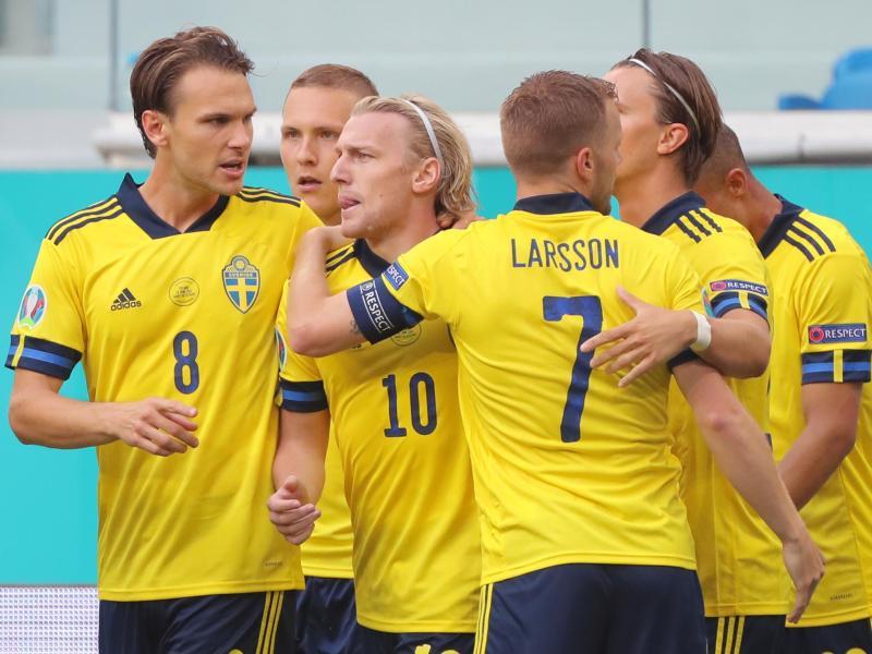 Die schwedischen Spieler feiern den Torschützen Emil Forsberg (M). Foto: Igor Russak/dpa