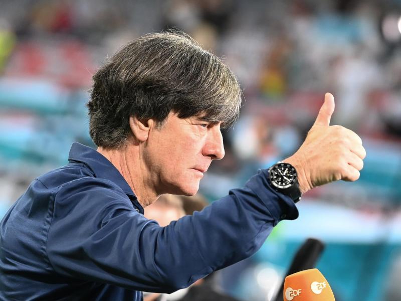 Bundestrainer Joachim Löw zeigt beim Interview einen Daumen nach oben. Foto: Federico Gambarini/dpa