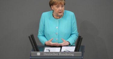 Bundeskanzlerin Angela Merkel (CDU) gibt eine Regierungserklärung bei der Sitzung des Deutschen Bundestags ab. Foto: Kay Nietfeld/dpa