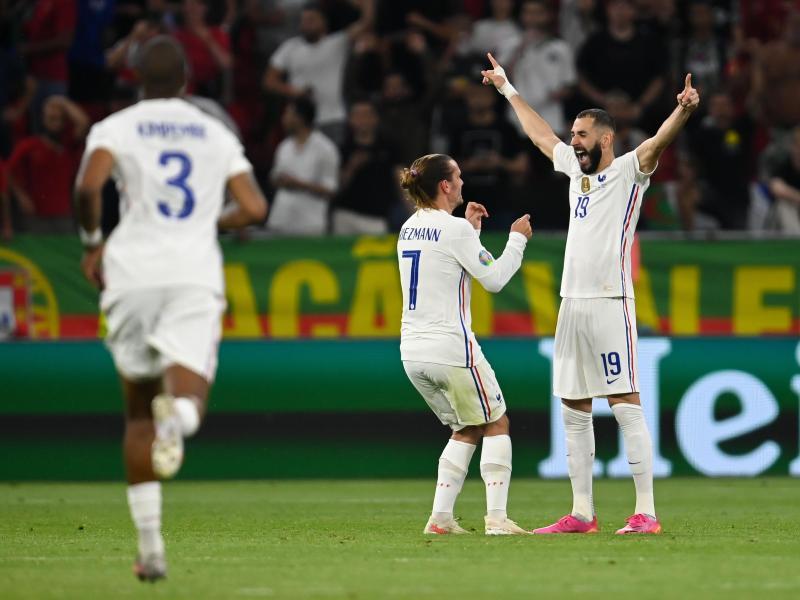 Karim Benzema (r) hat die Herzen der französischen Fans zurückerobert. Foto: Robert Michael/dpa-Zentralbild/dpa