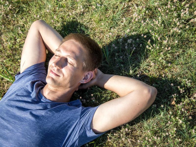 Einfach mal auf die Wiese fallen lassen: Die Natur bewusst wahrzunehmen, wirkt vitalisierend. Foto: Christin Klose/dpa-tmn