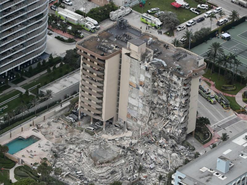 Eine Seite des Gebäudes liegt in Trümmern. Foto: Amy Beth Bennett/South Florida Sun-Sentinel/AP/dpa
