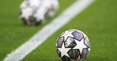 Champions-League-Spielbälle liegen vor einer Partie auf dem Rasen. Die Auswärtstorregel im Europapokal wurde gekippt. Foto: Jon Super/AP/dpa