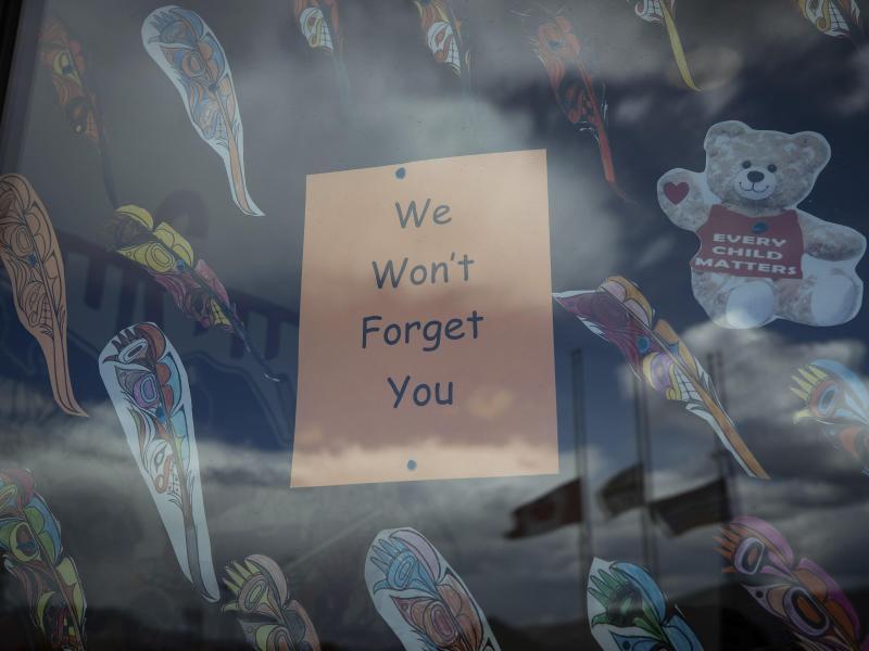 «Wir werden Euch nicht vergessen» steht auf einem Plakat im Fenster einer Schule in British Columbia, nachdem dort die Überreste von 215 Kindern gefunden worden waren. Nun sind in Zentralkanada 751 unmarkierte Gräber entdeckt worden. Foto: Darryl Dyck/The Canadian Press/dpa