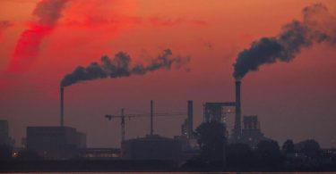Aufsteigender Rauch aus Fabrikschornsteinen: Bis zum Jahr 2040 soll bereits ein Rückgang des klimaschädlichen Ausstoßes um 88 Prozent erreicht sein. Foto: Jens Büttner/dpa-Zentralbild/dpa