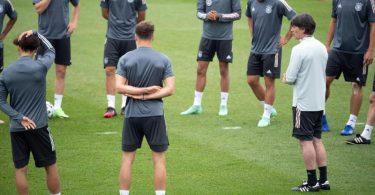 Joachim Löw will seine EM-Spieler vor dem Klassiker gegen England erstmal richtig durchatmen lassen. Foto: Federico Gambarini/dpa
