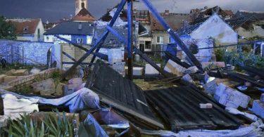 Ein mutmaßlicher Tornado hat eine Spur der Verwüstung hinterlassen. Foto: Šálek Václav/CTK/dpa