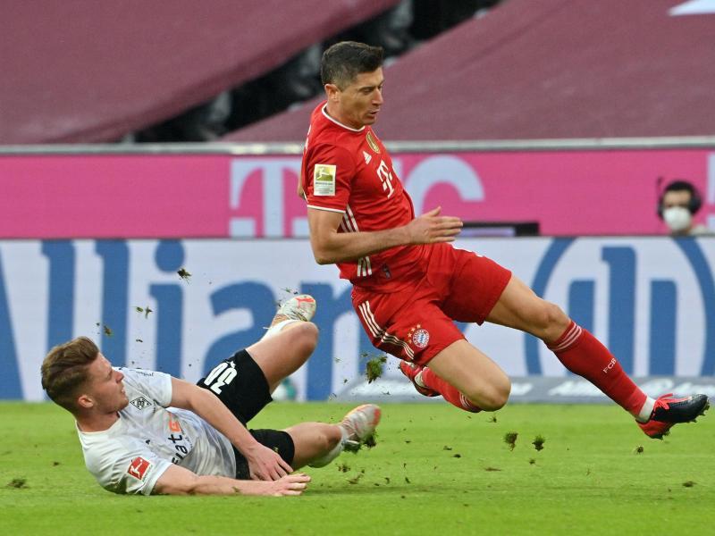 Rekord-Torjäger Robert Lewandowski (r) trifft zum Bundesliga-Auftakt mit Bayern auf Borussia Mönchengladbach (hier Nico Elvedi). Foto: Peter Kneffel/dpa-Pool/dpa
