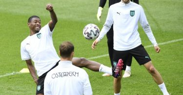 Ex-Bayern-Star David Alaba (l) will mit Außenseiter Österreich den favorisierten Italienern ein Bein stellen. Foto: Robert Jaeger/APA/dpa