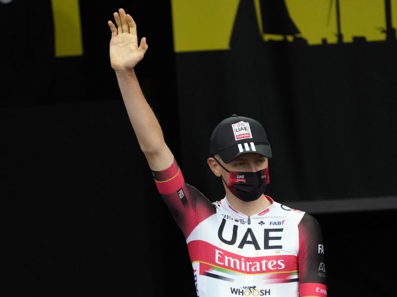 Geht in Brest als Titelverteidiger an den Start der 108. Tour de France: Tadej Pogacar. Foto: Daniel Cole/AP/dpa