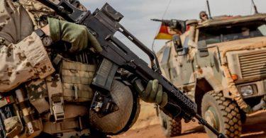Ein Soldat der Bundeswehr 2018 mit einem Sturmgewehr vom Typ G36 am Flughafen nahe des Stützpunktes in Gao im Norden Malis. Foto: Michael Kappeler/dpa