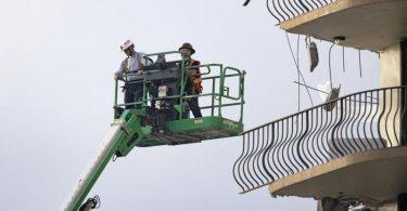 Rettungskräfte auf einem Kran und suchen nach Überlebenden. Foto: David Santiago/Miami Herald/AP/dpa
