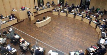 Abgeordnete nehmen im Bundesrat an der letzten Sitzung vor der Sommerpause teil. Foto: Wolfgang Kumm/dpa