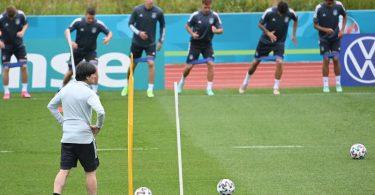 Bundestrainer Joachim Löw (v) bereitet das DFB-Team auf das Achtelfinale gegen England vor. Foto: Federico Gambarini/dpa