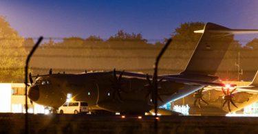 Ein militärisches Transportflugzeug mit medizinischer Einrichtung, ein Airbus A400 M MedEvac der Luftwaffe, wird im niedersächsischen Fliegerhorst Wunstorfauf den Abflug in Richtung Mali vorbereitet. Foto: Swen Pförtner/dpa
