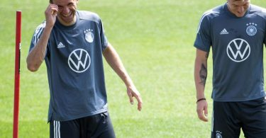 Bestens gelaunt zurück im DFB-Training: Thomas Müller (l) - Toni Kroos freut es auch. Foto: Federico Gambarini/dpa