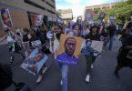 Eine kleine Gruppe von Demonstranten marschiert durch die Innenstadt von Minneapolis nach dem Urteil im Floyd-Prozess. Foto: Julio Cortez/AP/dpa