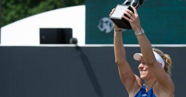 Angelique Kerber hält nach ihrem Sieg den Pokal hoch. Foto: Sebastian Gollnow/dpa