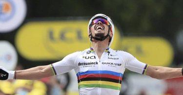 Rad-Weltmeister Julian Alaphilippe aus Frankreich gewann den Auftakt der 108. Tour de France. Foto: Christophe Petit-Tesson/EPA Pool/AP/dpa
