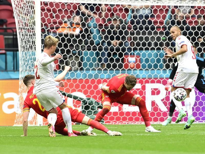 Stürmer Kasper Dolberg (2.v.l) erzielt sehenswert das Tor zur dänischen 1:0-Führung. Foto: Olaf Kraak/Pool EPA/dpa