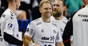 Die Kieler um Steffen Weinhold (M.) wollen deutscher Handball-Meister werden. Foto: Frank Molter/dpa