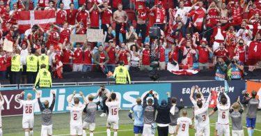 Die dänische Mannschaft feierte den Viertelfinaleinzug mit den Fans. Foto: Koen Van Weel/EPA Pool via AP/dpa