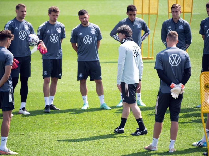 Bundestrainer Joachim Löw tüftelt mit seinen Spielern am Matchplan gegen England. Foto: Federico Gambarini/dpa