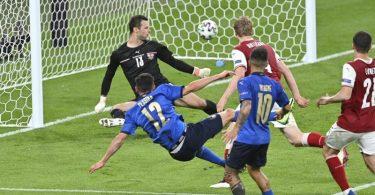 Matteo Pessina (2.v.l) erhöhte auf 2:0. Foto: Justin Tallis/AFP Pool/AP/dpa