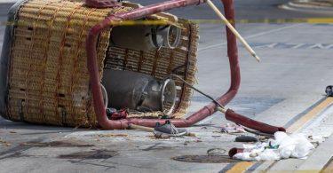 Der Korb eines abgestürzten Heißluftballons liegt auf dem Bürgersteig einer belebte Straße in Albuquerque. Insgesamt starben fünf Insassen. Foto: Andres Leighton/AP/dpa