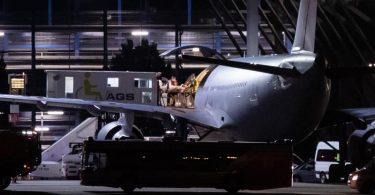 Der zweite Flieger mit verletzten Soldaten ist in der Nacht am Stuttgarter Flughafen angekommen. Foto: Christoph Schmidt/dpa