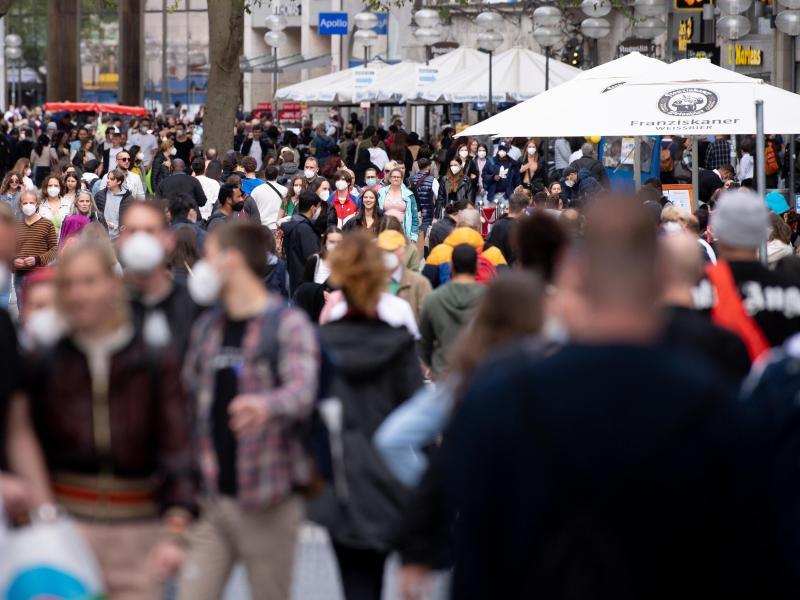 Zahlreiche Menschen spazieren durch die Münchner Fußgängerzone in der Innenstadt. (Archivbild). Foto: Sven Hoppe/dpa