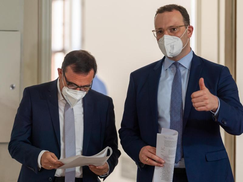 Klaus Holetschek (l, CSU), Staatsminister für Gesundheit und Pflege, und Bundesgesundheitsminister Jens Spahn (r, CDU), stehen vor Beginn einer Pressekonferenz zusammen. Foto: Peter Kneffel/dpa