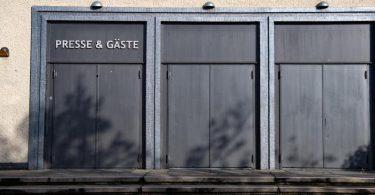 Geschlossen sind die Eingangstüren zur Columbiahalle inBerlin. (Archivbild). Foto: Paul Zinken/dpa-Zentralbild/dpa