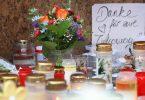 """""""Danke für eure Zivilcourage"""" ist auf einem Schild vor einem geschlossenen und abgesperrten Kaufhaus in der Würzburger Innenstadt zu lesen. Foto: Karl-Josef Hildenbrand/dpa"""
