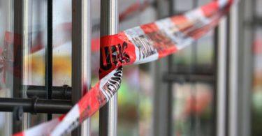 Mit Polizeiband abgesperrt ist ein Kaufhaus, in dem ein Mann Menschen mit einem Messer attackiert hatte. Foto: Karl-Josef Hildenbrand/dpa